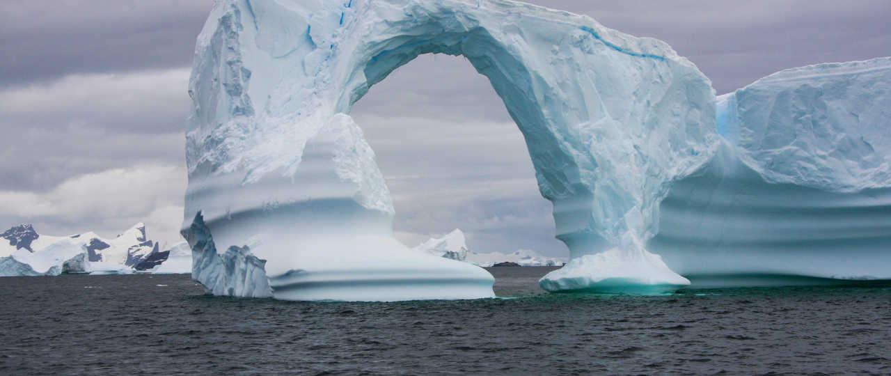 Iceberg géant en arche, Antarctique