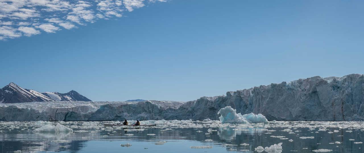 Kayak au pied du glacier de Monaco, Svalbard
