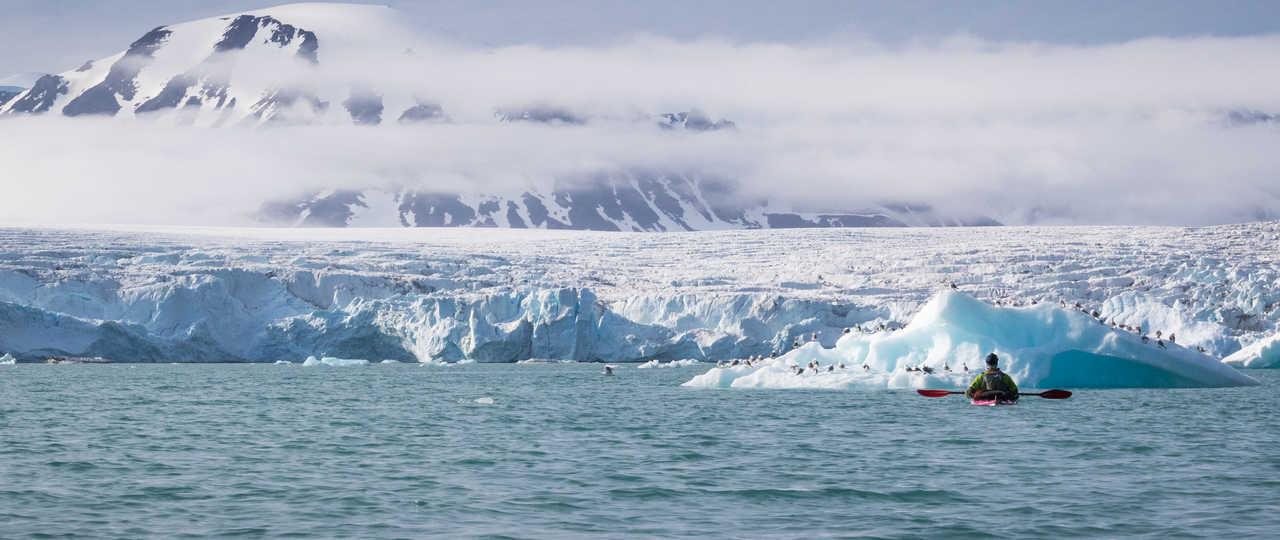 kayak de mer en Arctique, au pied des glaciers