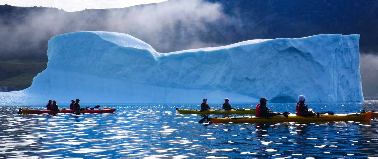 Kayak de mer parmi les icebergs du Groenland