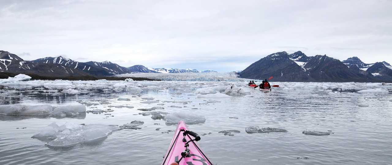 Kayak et icebergs au Svalbard