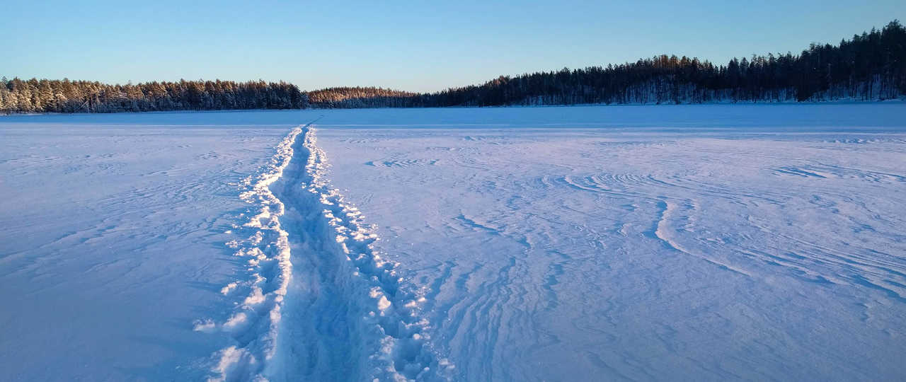 Lac gelé de Finlande, paysage Laponie