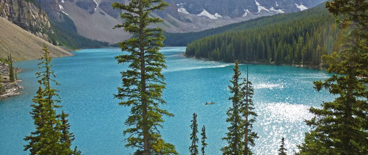 Lac moraine dans les Rocheuses Canadiennes