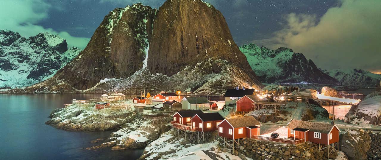Le village norvégien de Reine en hiver sous les aurores boréales