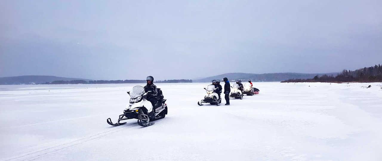 Motoneige sur lac gelé