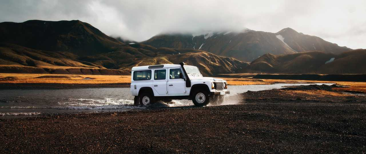 Photo d'un 4x4 qui traverse un gué en Islande