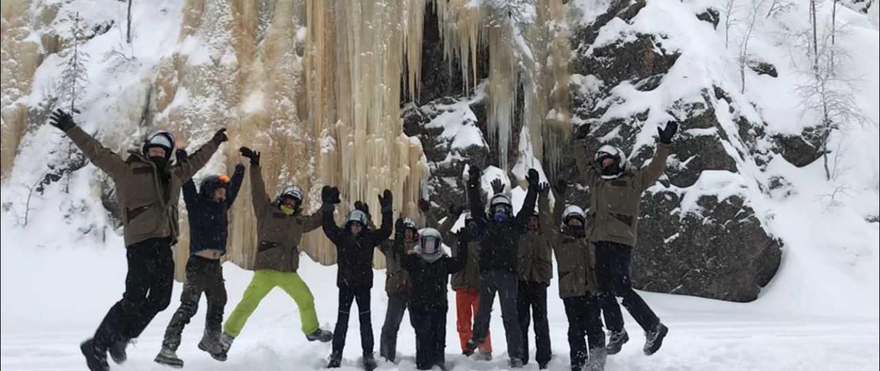 Photo de groupe au pied de la cascade gelée de Julma-Olkky