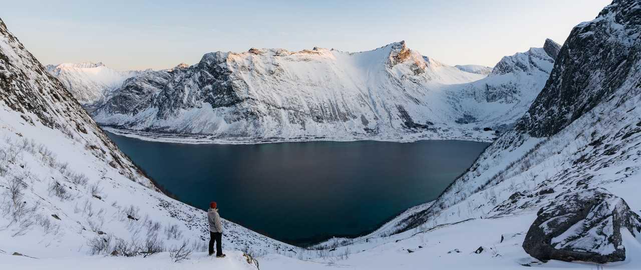 Randonnée dans la neige des fjords