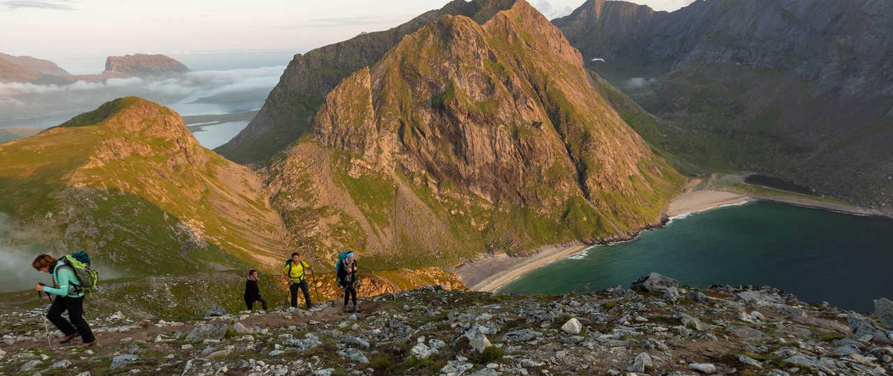 Randonnée sur le mont Ryten, vue sur la plage de Kvalvika