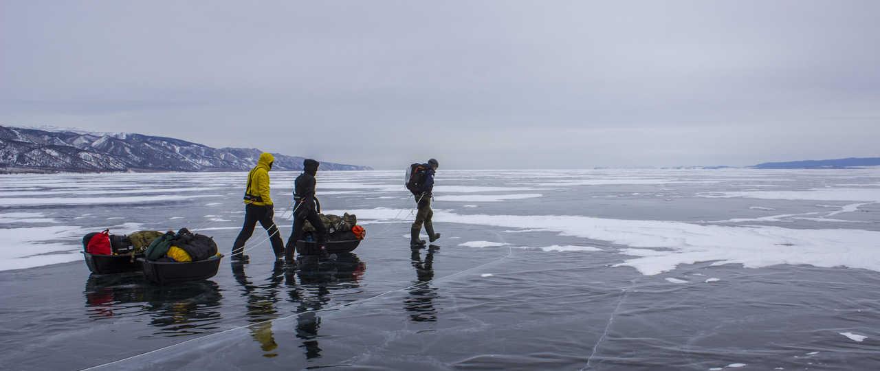 Randonnée sur les glaces du lac Baïkal en Russie