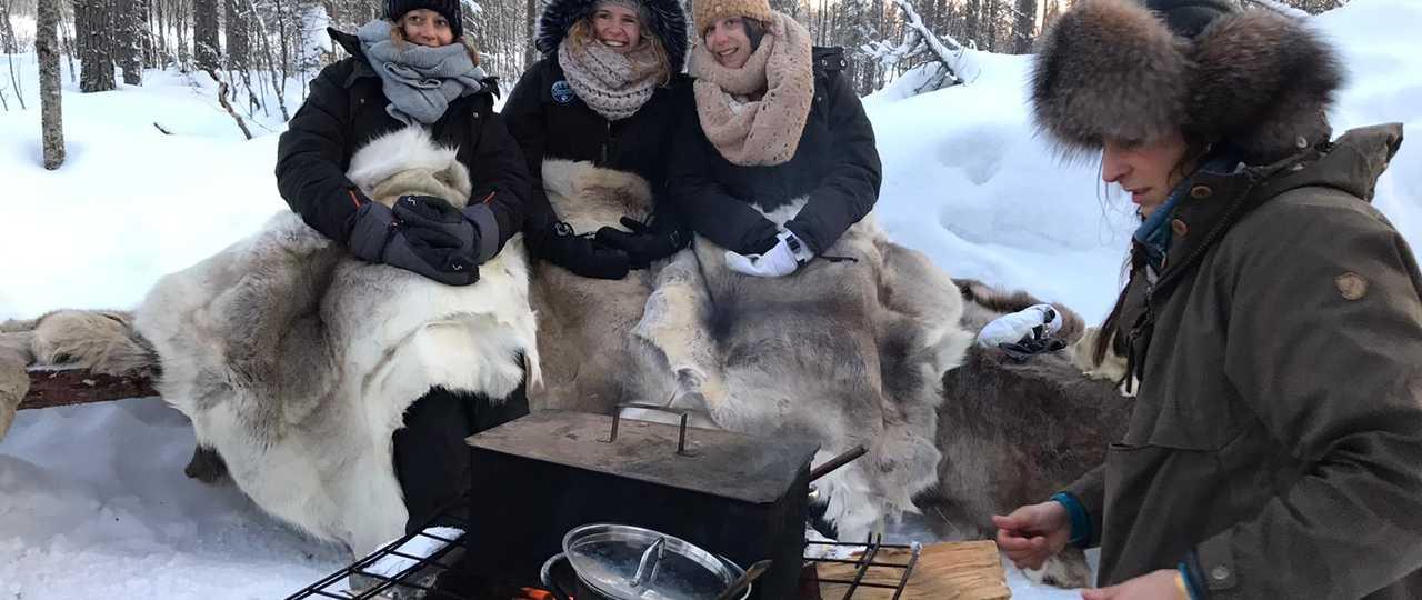 Repas au coin du feu en Laponie