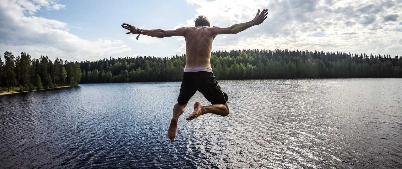Saut dans un lac de Finlande