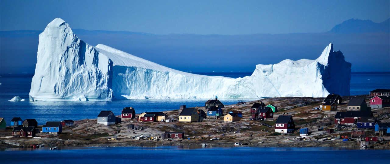 Village groenlandais sur la côte Ouest