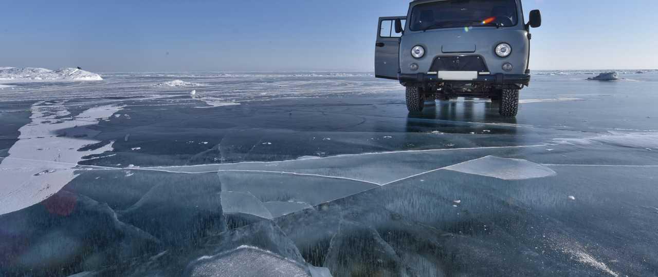 Voiture sur le lac Baikal, Russie