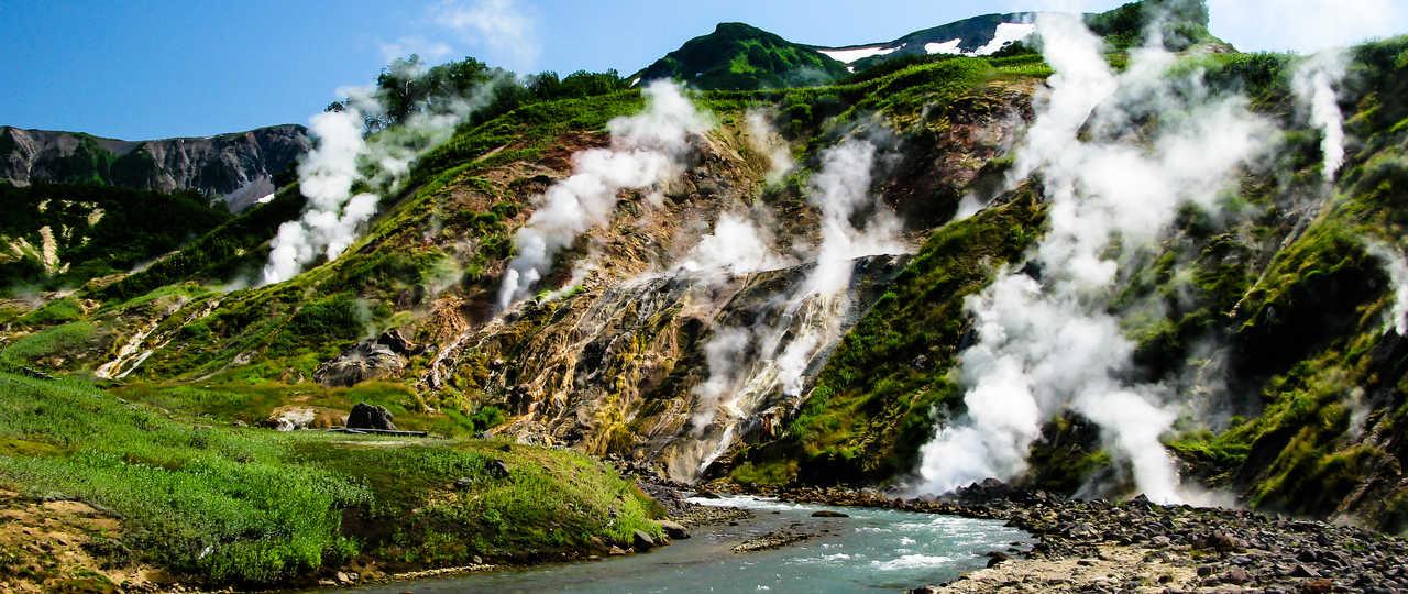 Volcans fumant au Kamchatka