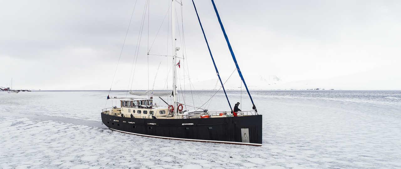 Photo du voilier valiente dans les glaces