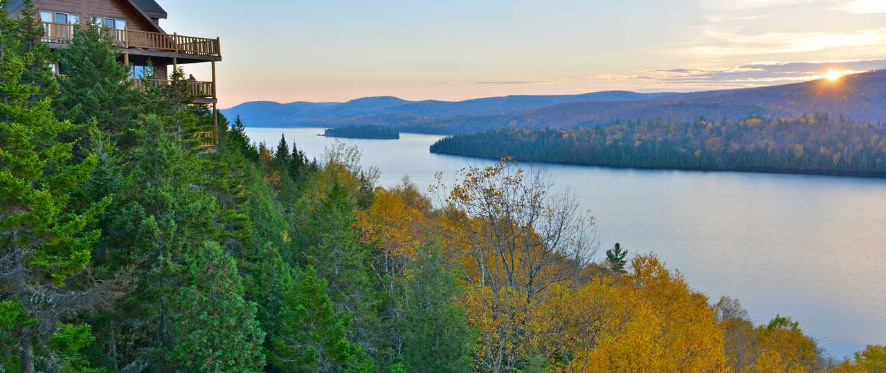Vue sur le lac Sacacomie en Mauricie au Québec