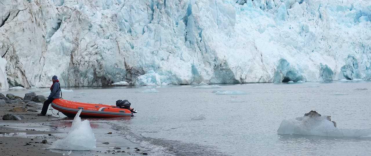 Zodiac au pied du glacier au Svalbard