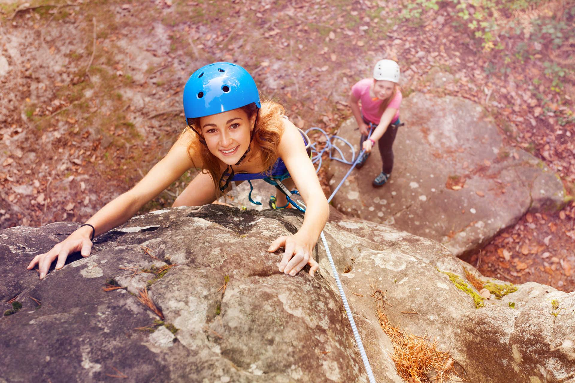 Adolescente en train d'escalader une falaise