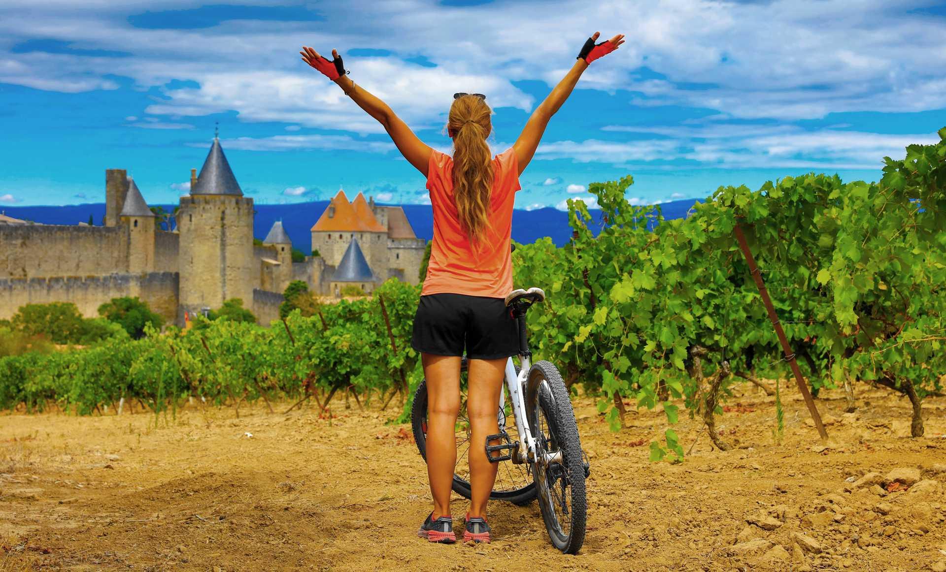 Arrivée en vélo sur la cité fortifiée de Carcassonne, Occitanie