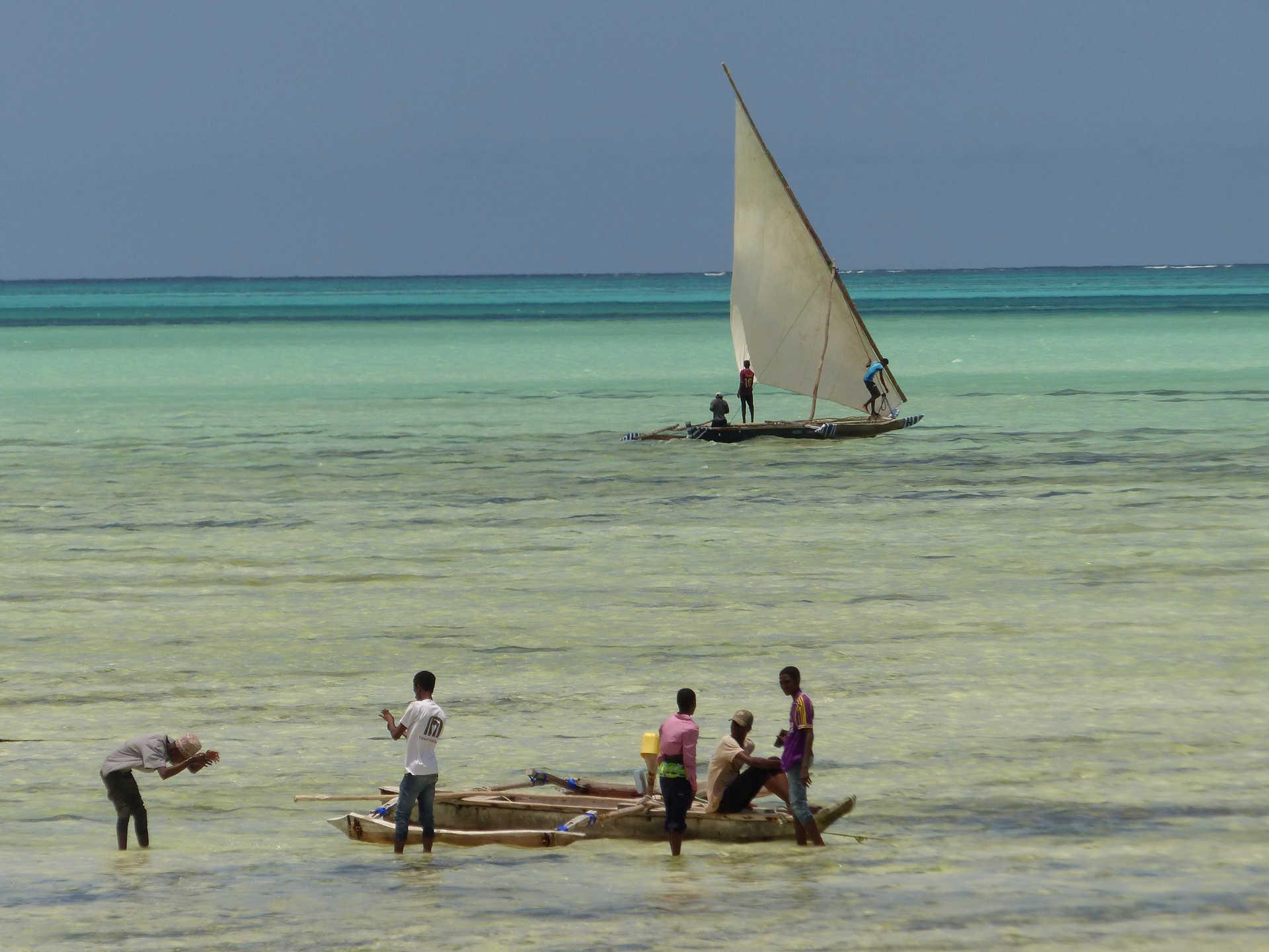 Boutres et enfants dans le lagon de Zanzibar à Jambiani
