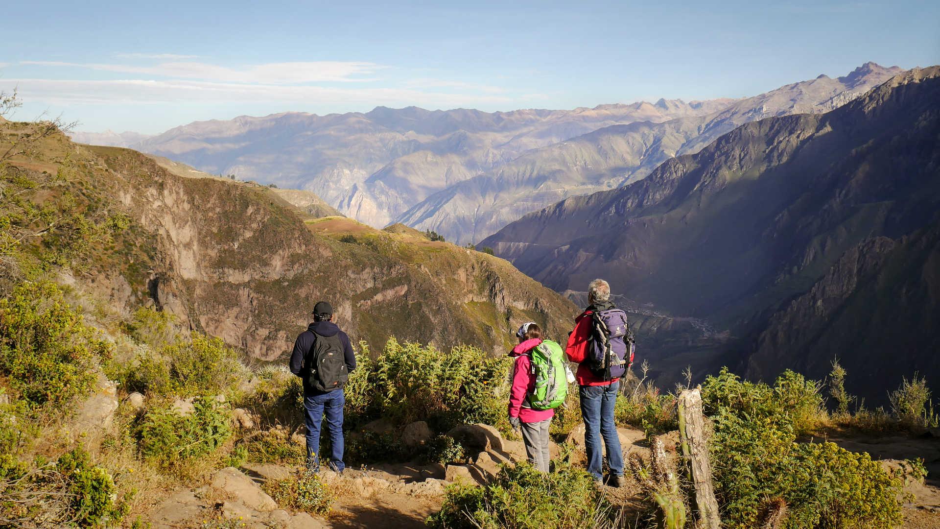 Randonneurs admirant la vue du canyon de Colca