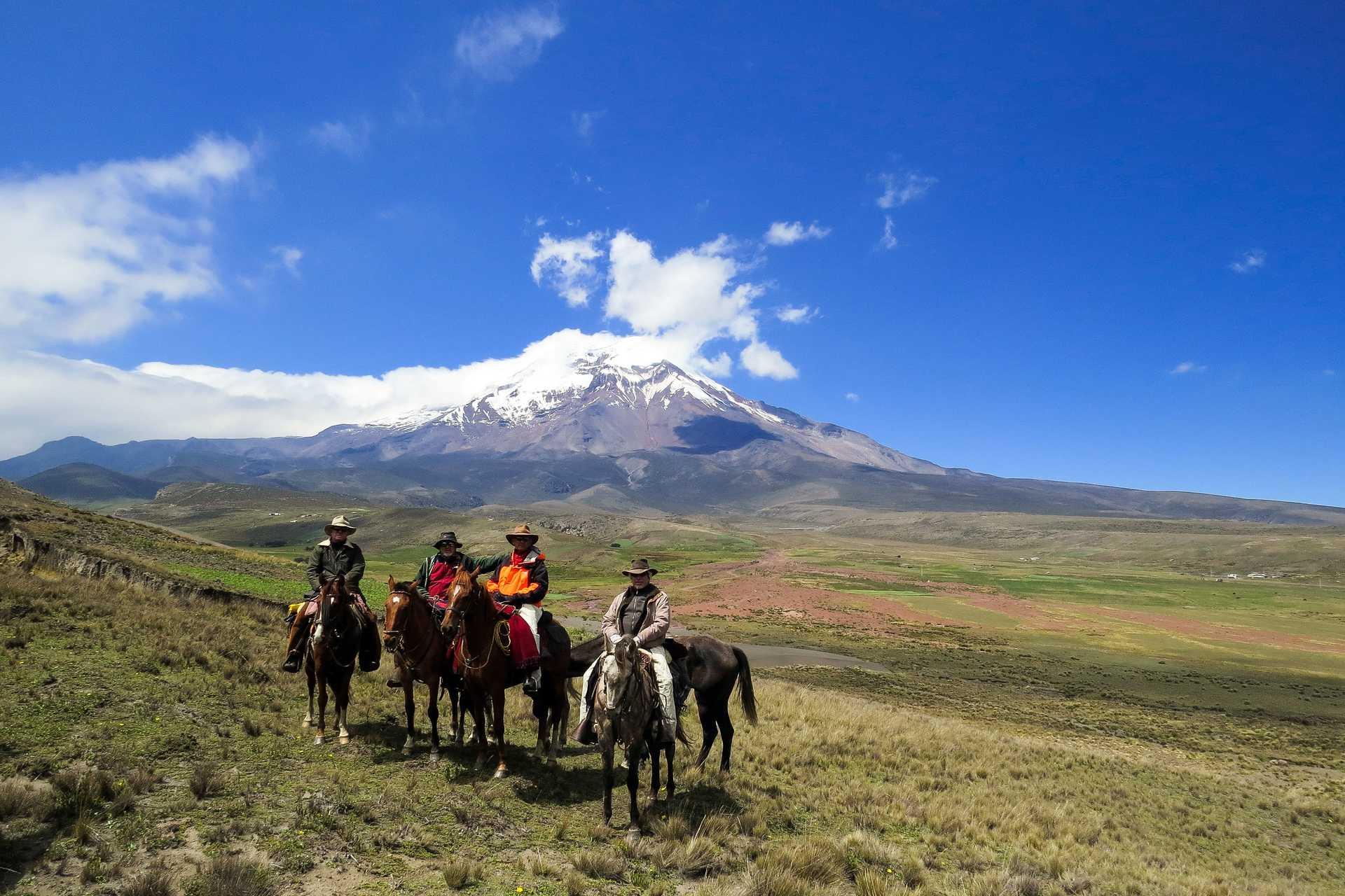 Cavaliers devant le Chimborazo