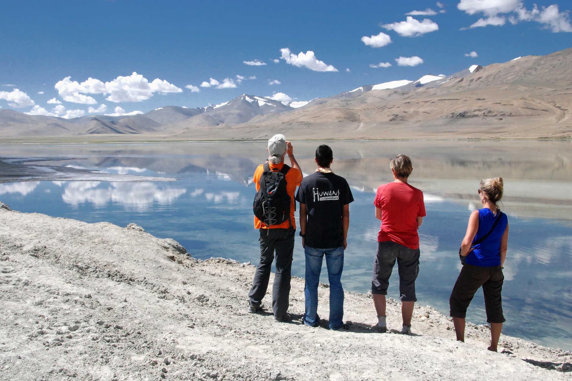 Contemplation des montagnes et du lac