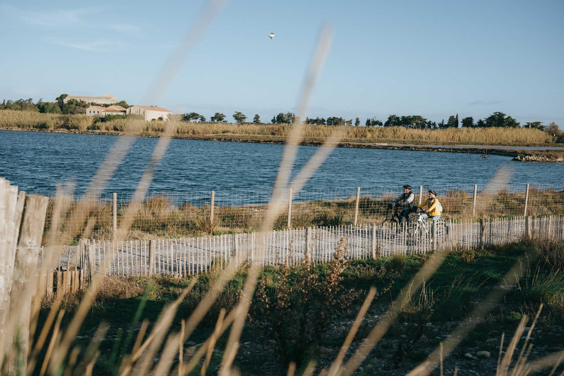 Couple à vélo bord de mer