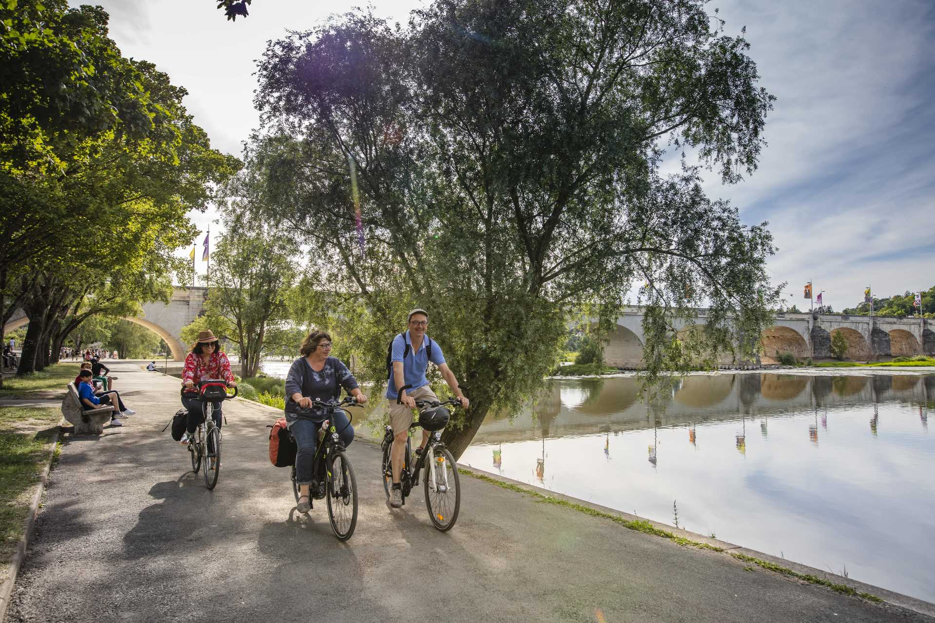 Cyclistes à vélo sur les bords de Loire à Tours