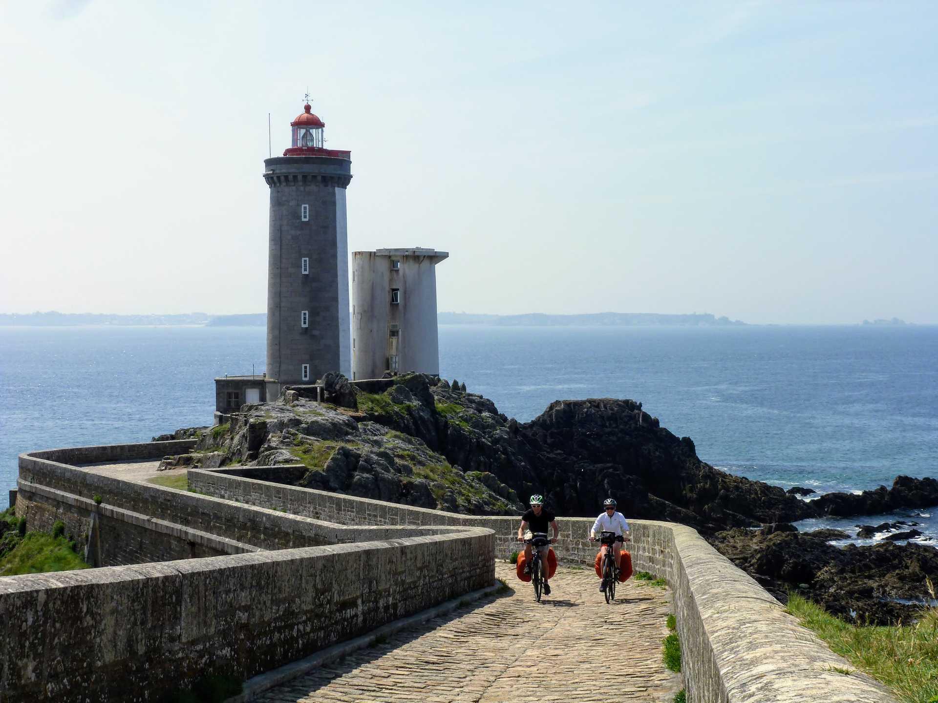 Cyclistes devant le Phare du Petit Minou
