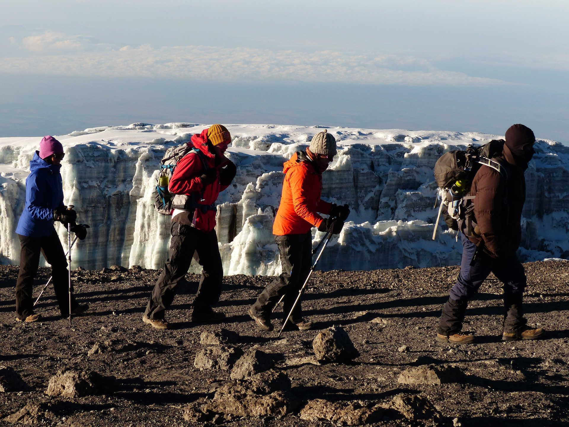 Dans le cratère du Kibo, au plus près des glacier du Kilimandjaro