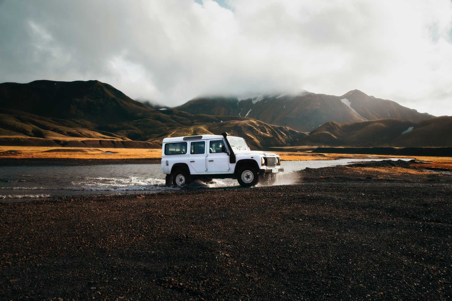 En 4x4 defender dans les hautes terres islandaises