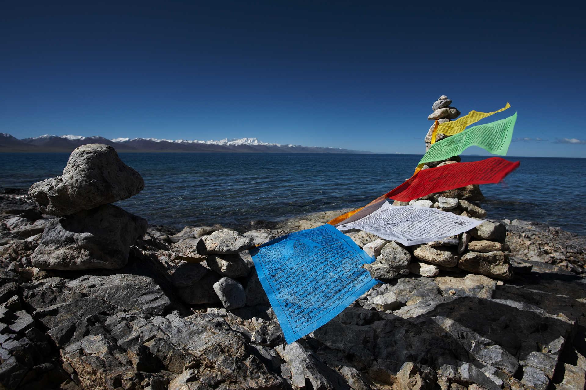 Drapeaux de prières au bord du lac Namsto