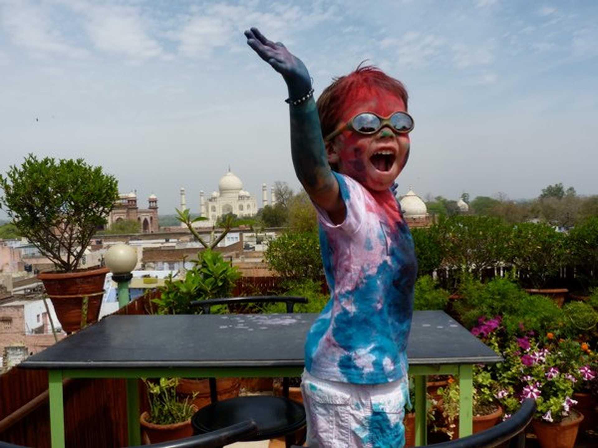 Enfant en Inde avec plein de couleurs lors du festival Holi