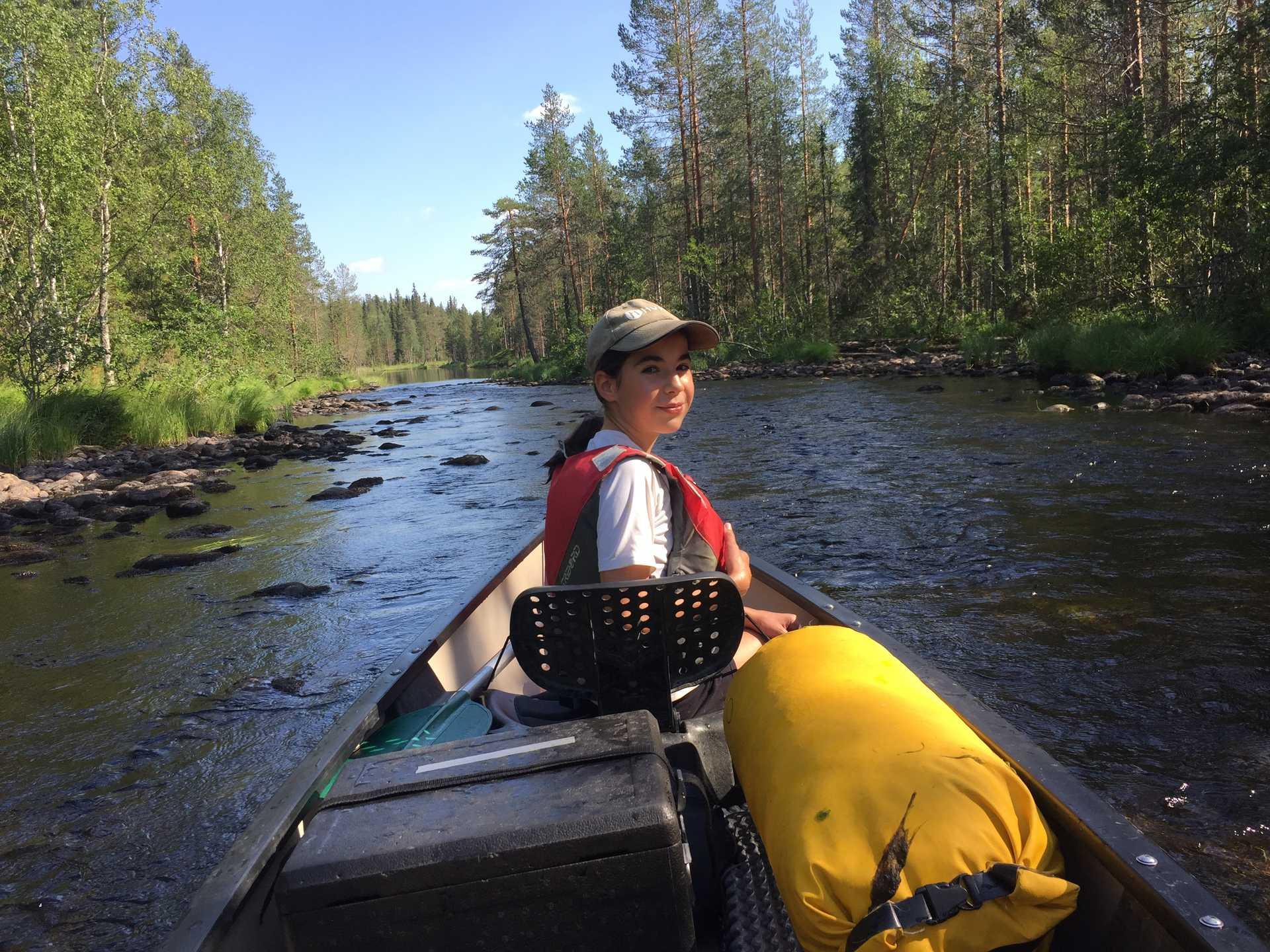 Enfant faisant du canoë sur un lac en Finlande