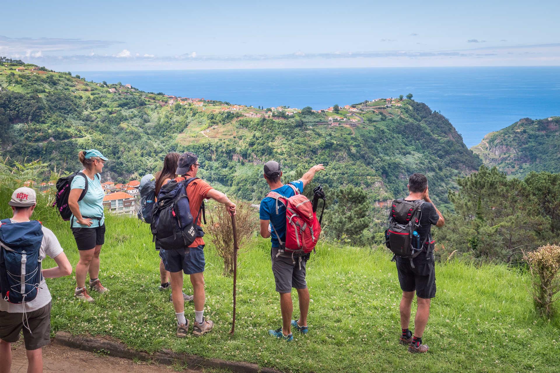 Explication du guide devant un panorama avec vue sur la mer