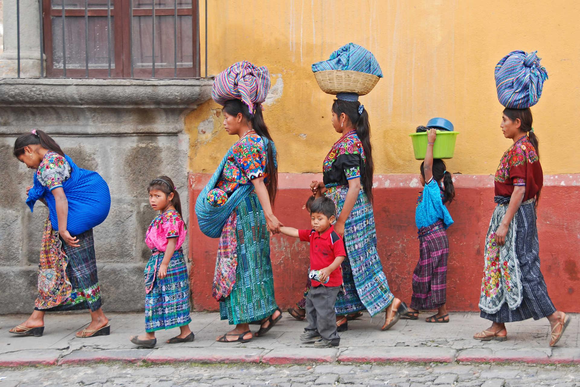 Femmes et enfants dans une rue du Guatemala