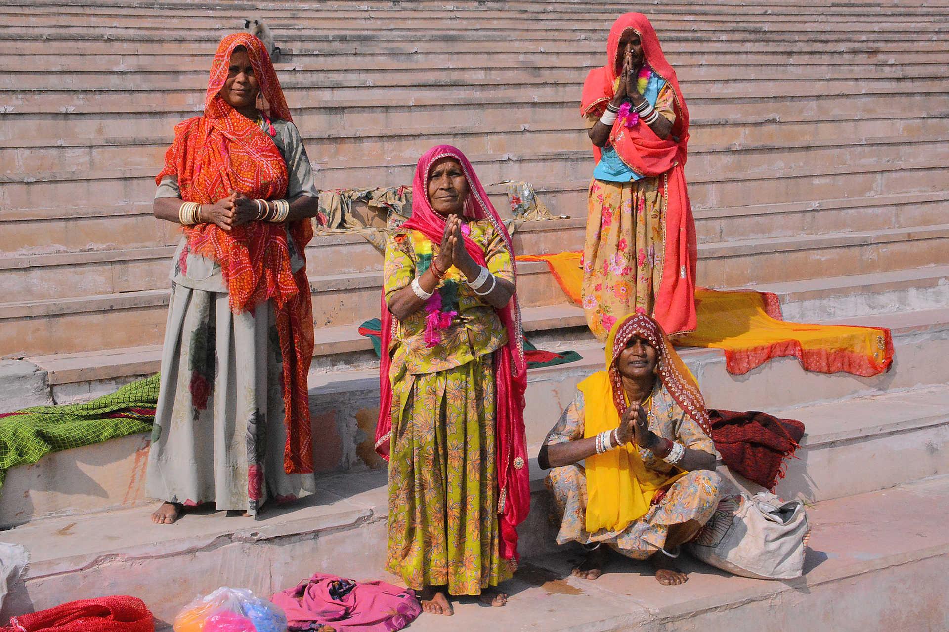 Femmes indiennes en saris sur les marches menant au Gange, Varanasi, Inde