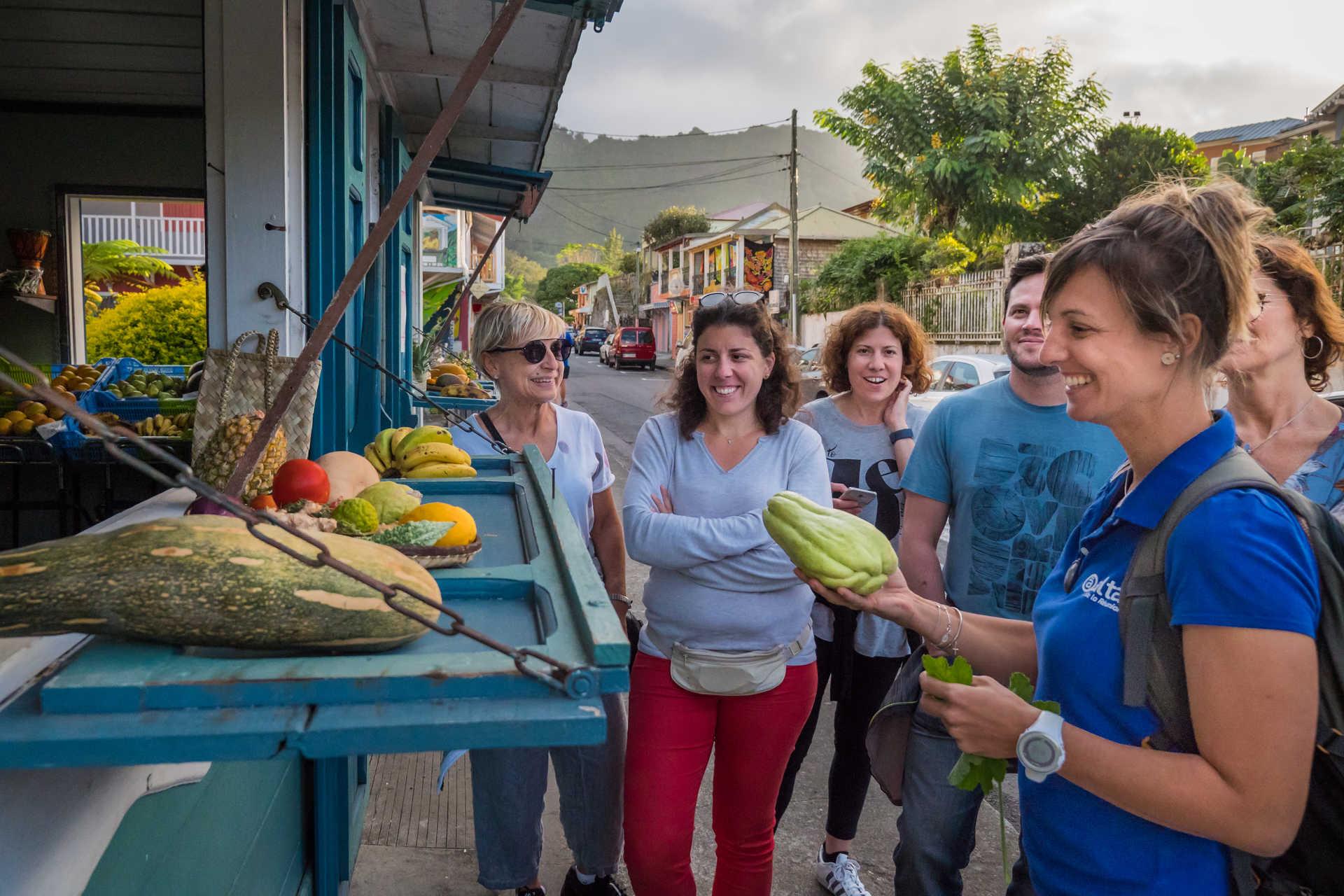 Achat de fruits au marché