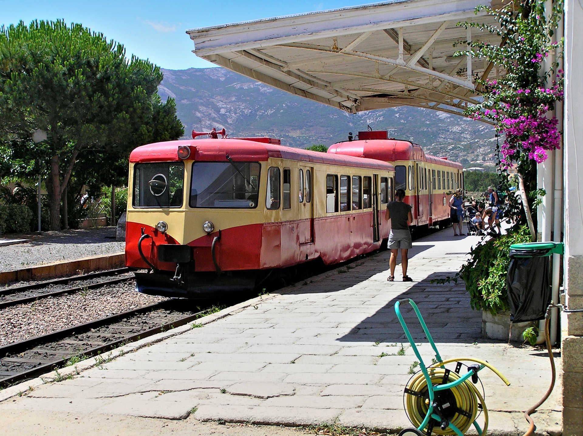 Gare de Calvi lors de la traversée de la Corse en train