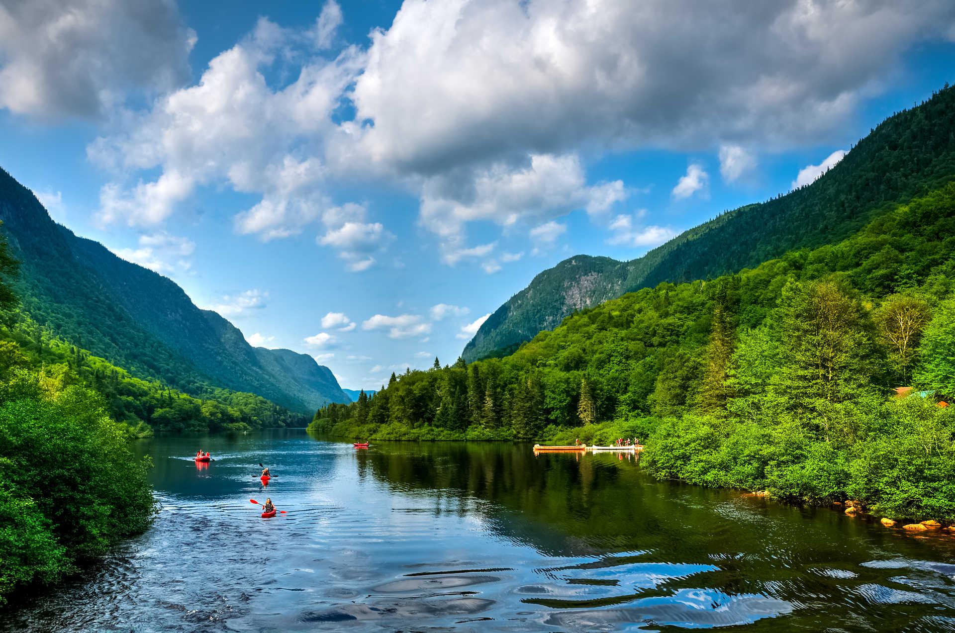 Groupe de canoës sur la rivière au Québec