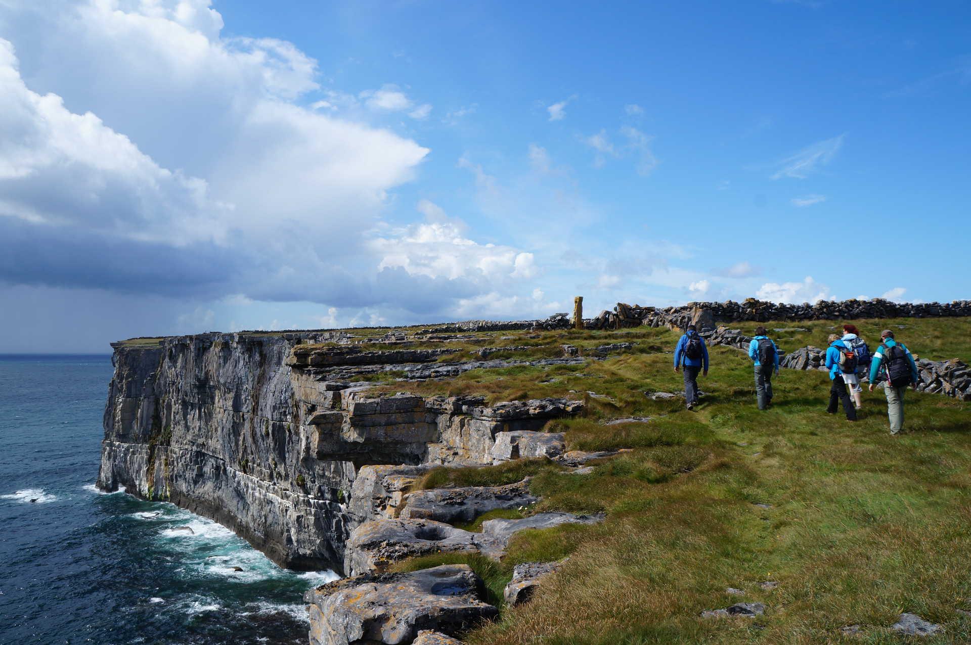 Groupe de randonneurs, Inishmore, archipel des Aran