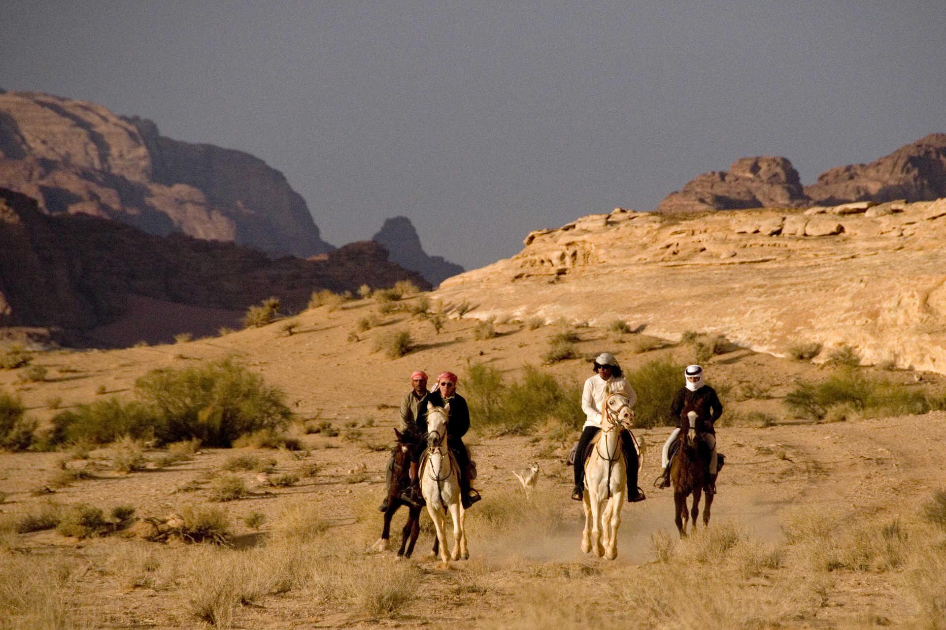 Jordanie cavaliers dans le désert