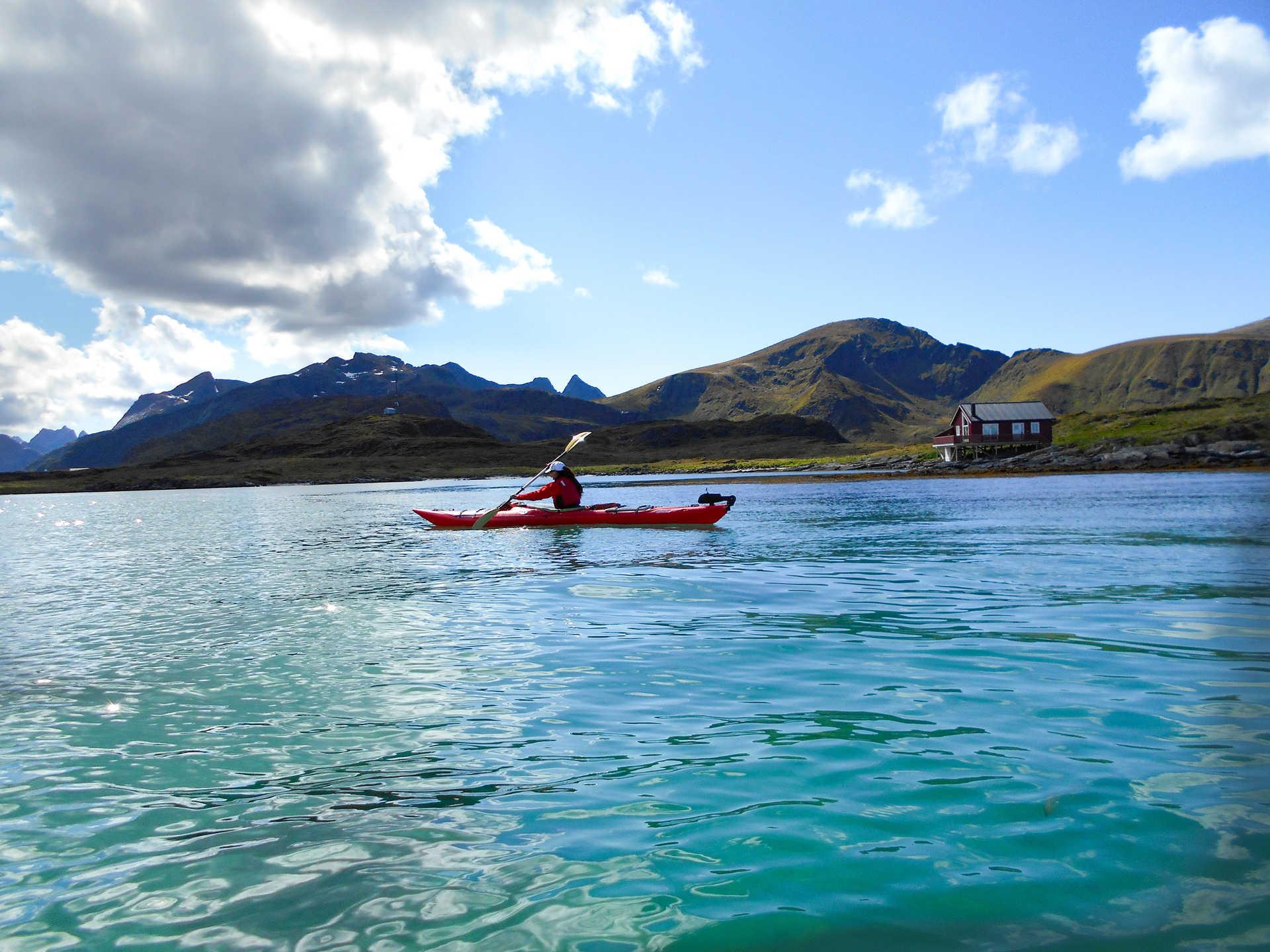 Kayak de mer dans les îles Lofoten en Norvège