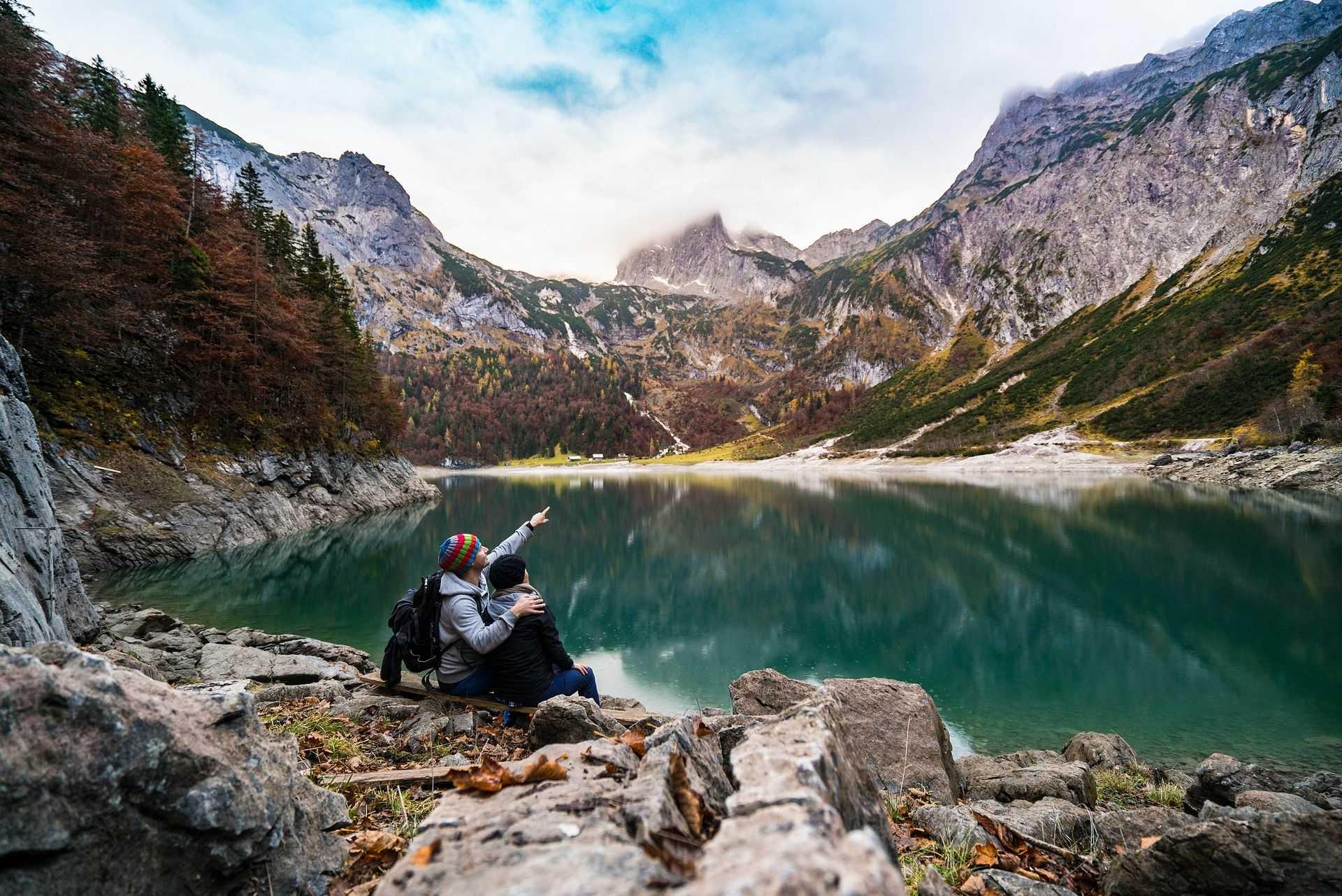 Lac aux eaux cristallines des Alpes albanaises