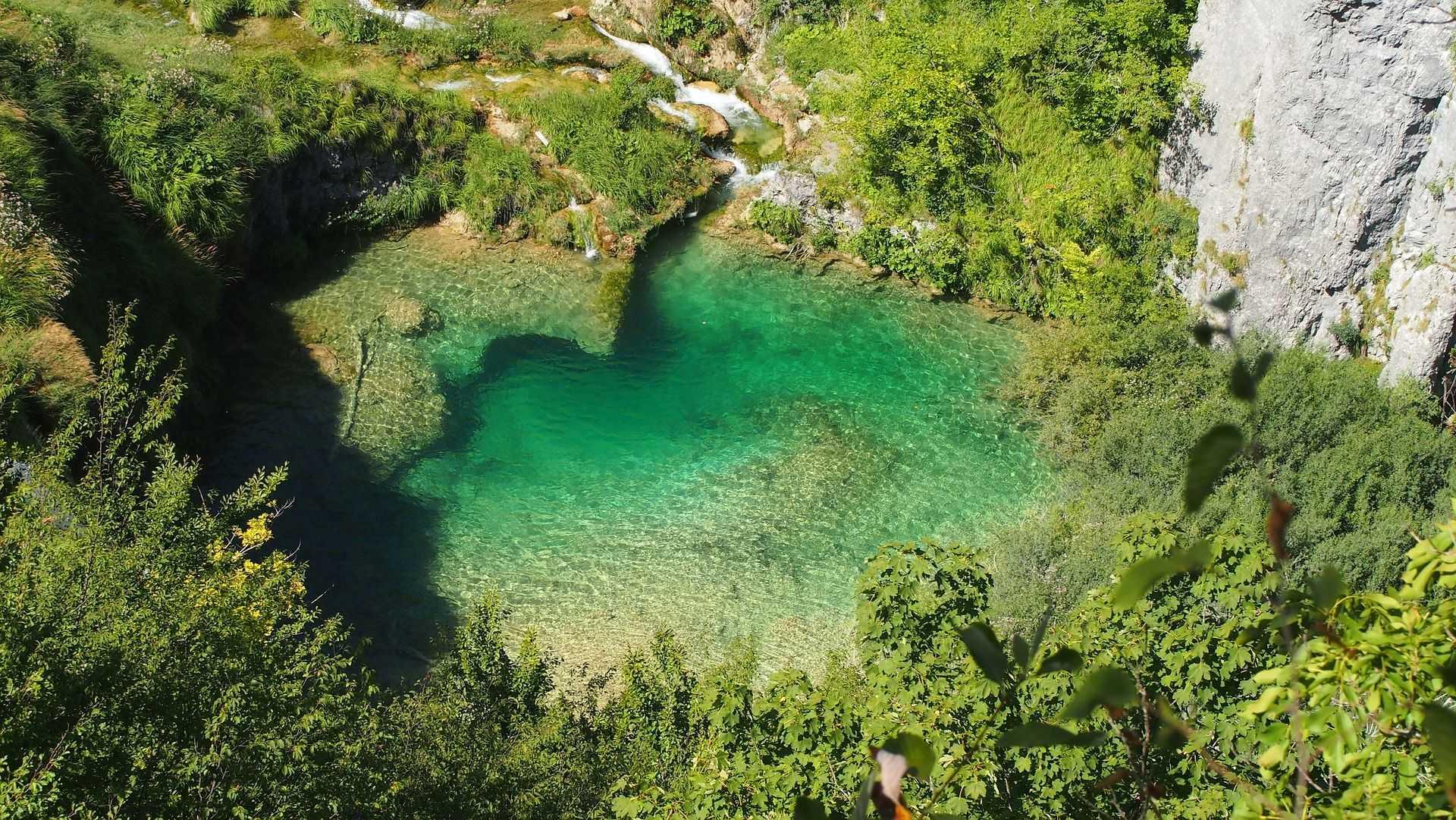 Lac dans le parc de Plivitce lors d'une randonnée