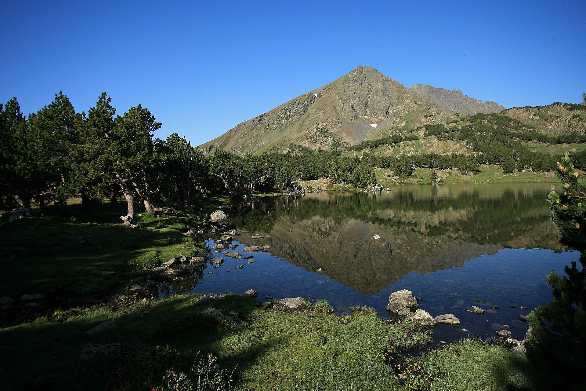 Lac ombragé lors d'un trek dans le massif de Neouvielle