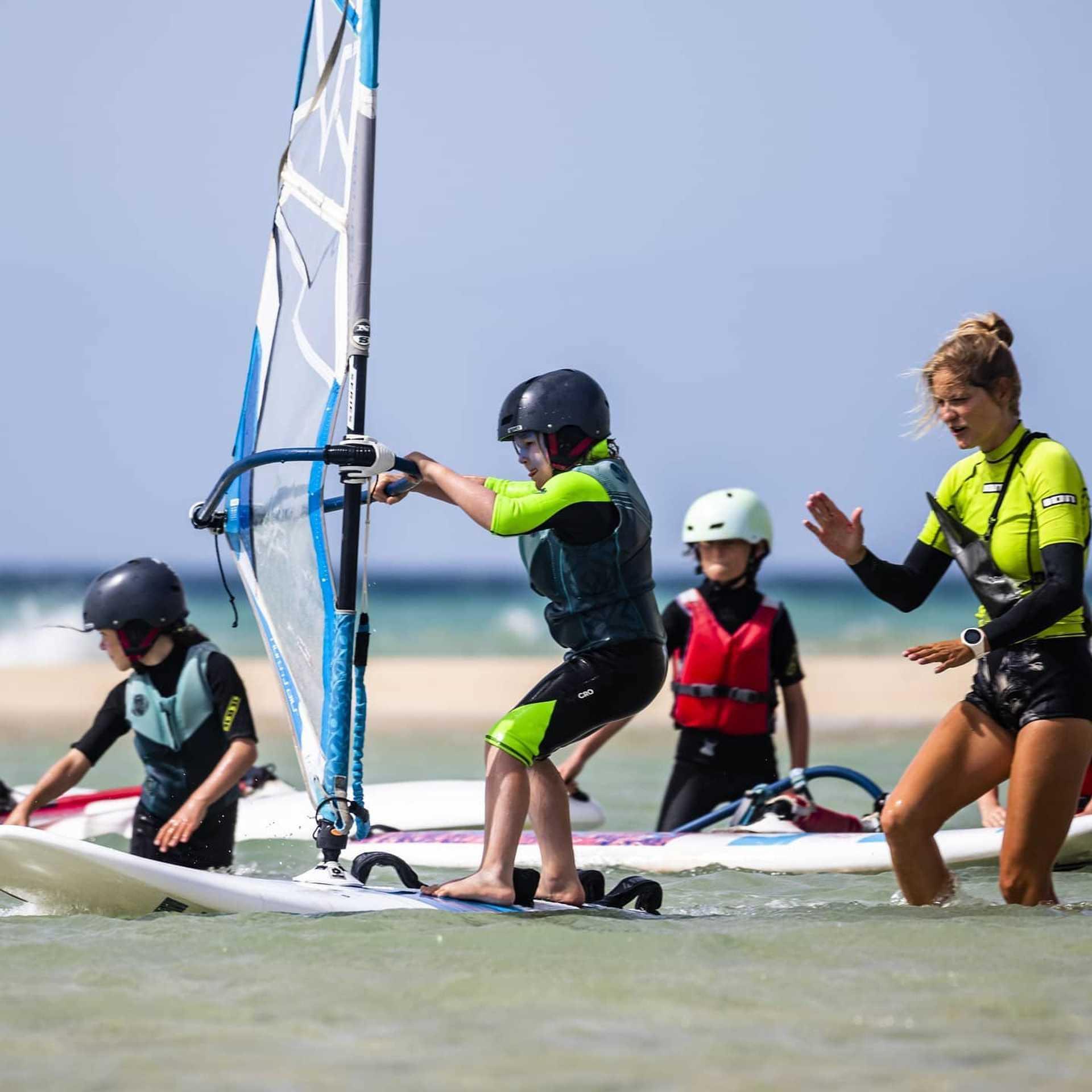 Leçons de windsurf au ION CLUB à RISCO DEL PASO, SOTAVENTO, FUERTEVENTURA