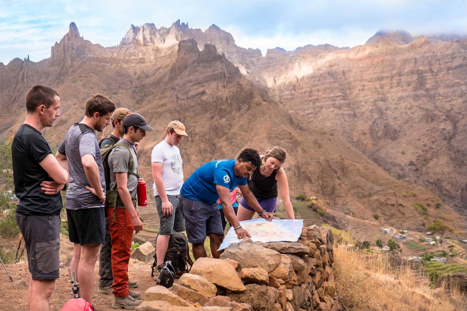 Lecture de carte sur les hauteurs d'Alto Mira à Santo Antao
